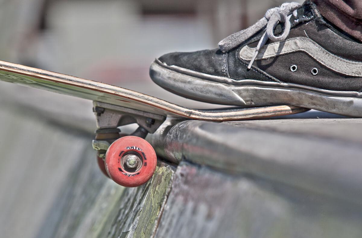 Fotografía de skate en vigo, detalle zapatilla y skate