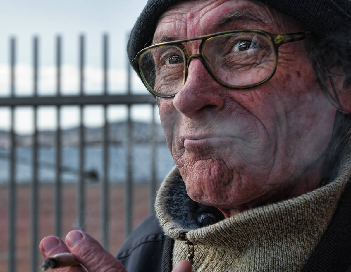 Retrato de marinero fumando, fotografía de Iago Silva